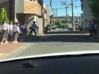 【危険】朝の通学路を猛スピードで走り抜けるDQNドライバーが恐ろしすぎる...