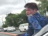 友達を車のボンネットに乗せたまま走行するDQNドライバーが危なすぎるwww