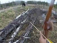 熊を弓で射ようとして襲われる男性
