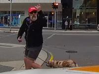 運転手に怒りながら横断していた老人が天罰にあう