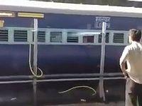 インドで電車を洗浄している風景が鬼畜すぎるwww