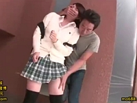ゲーセンに彼氏と来ている絶対領域が眩しい女子校生を物陰でレイプ