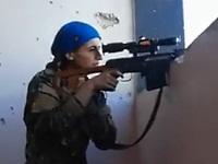 狙われていたのに余裕の笑みを見せるクルド人女性兵士