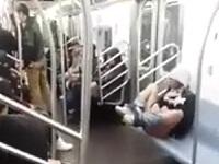 さすが自由の国!ニューヨークの地下鉄でオナニーをする女性