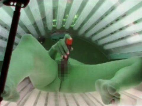 日焼けサロンのマシン内でオナニーしている白人美女を盗撮 Squirting In Solarium