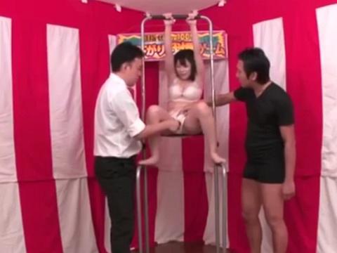 賞金100万円を目指して素人巨乳娘が下着姿で『ぶら下がりくすぐり我慢ゲーム』に挑戦