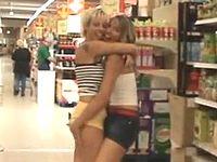 スーパーマーケットのあらゆる場所で露出プレイするレズカップルが迷惑すぎるwww