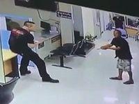タイの警察署に刃物を持った男が乱入!その時、警察官がとった行動とは...。