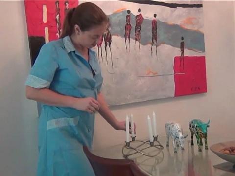 ウクライナ人?の奥さんが母乳で蝋燭の火を消しとる