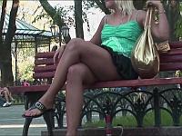 スカートの女性にベンチの下から水をぶっかけるドッキリがエロい