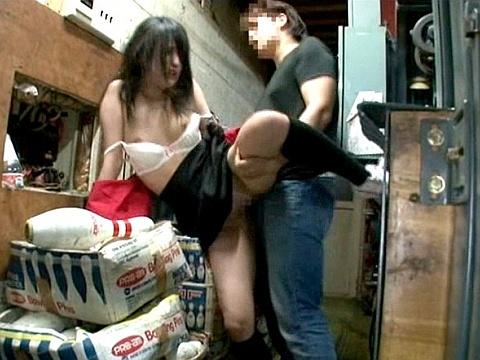 ボウリング場の店員を裏側でイラマチオからの立ちバックで犯した