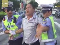 無免許運転で摘発されたオッサンが怒りのダンスで抵抗する珍事が発生www