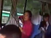 【閲覧注意】追突されたバス内で赤ちゃんを必死に守るお母さん