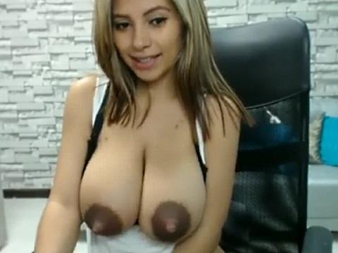 ウェブカメラの前で噴き出す母乳を見せる美人女性