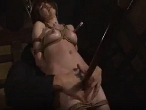 乳首ポンプでピンピンにされた乳首を箸でつままれるM女