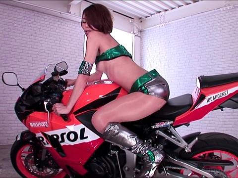 スランプのバイクレーサーを可愛すぎるレースクイーンが励ましの3P