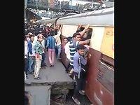 インドの満員電車に乗車する光景が鬼畜すぎたwww