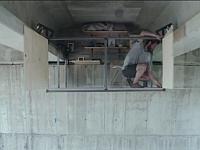 高架下の天井に自分の秘密基地(オフィス)を作っちゃった男