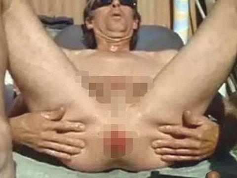 身体改造でペニスと陰嚢を裂いた男のオナニー