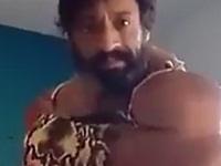 不自然な筋肉を見せつけてドヤ顔の男性