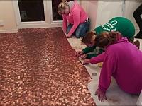 キッチンの床に27,000枚の1ペニー硬貨を敷き詰めてみた