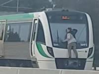 【危険】走行中の電車にしがみつく迷惑男が出没!