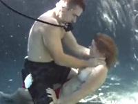 【閲覧注意】プールの水中に潜んでいたストーカー男に襲われてしまうお姉さん