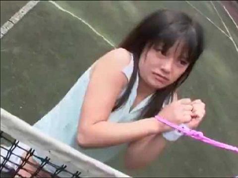 テニスを練習中の女の子がストーカーから襲われてネット越しのイラマチオからの拘束レイプされちゃう