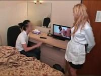 格安ホテルで金髪の清掃員ちゃんに日本のAVを見せつけた結果wwww