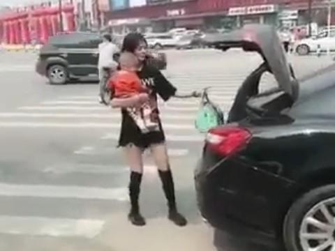 赤ちゃんを抱っこして荷物も持って、両手がふさがってしまった若妻さんの仰天行動とは......?!