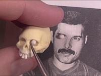 骸骨の模型からフレディ・マーキュリーのフィギュアを作る女性職人が凄すぎる