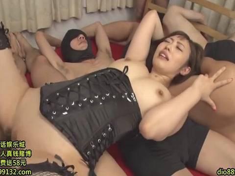 小籔千豊に激似のショートヘア美女がM男軍団と激アツSEX!!