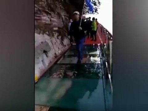 高所恐怖症には耐えられない!ガラス張りの橋を渡っているときに怖い演出