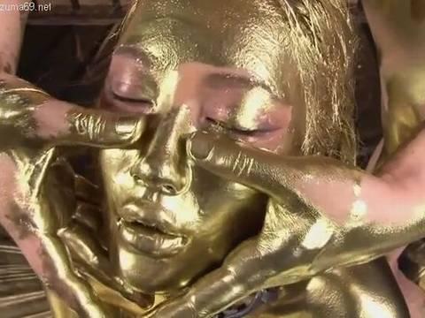 黒ギャルAV女優のAIKAに金粉を塗って金ギャルにしてみたwww