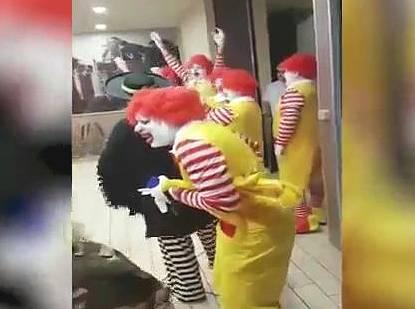 マクドナルドのドナルドが集団でバーガーキングに押し寄せる事案が発生www