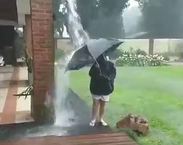 【閲覧注意】ヒエッ!!雨水で遊ぶ少年に衝撃の結末が...!