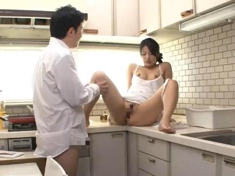 狭すぎるキッチンで義母とSEX
