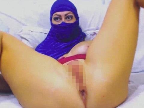 覆面(ニカーブ)を被った女性がカメラの前でパイパンを包み隠さず披露