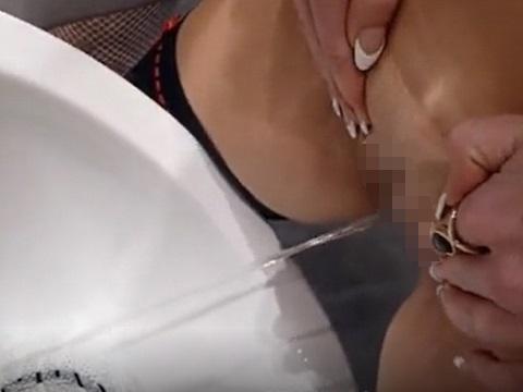 男性用小便器で立ちションやウンコを排泄するマジキチな女性たち