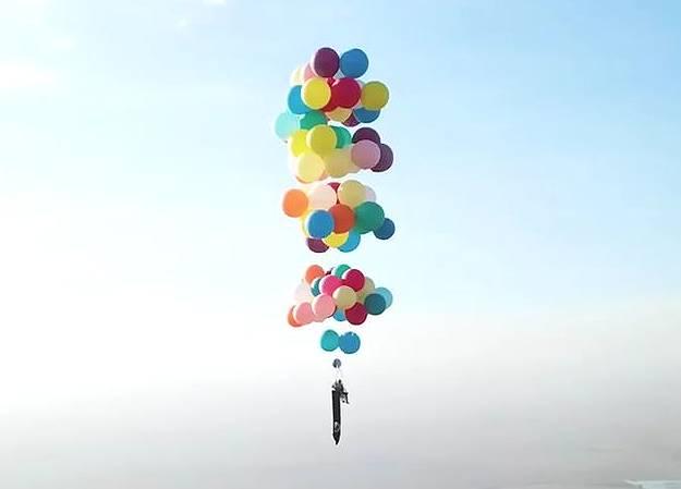 イギリス人男性が100個の風船で上空2400メートルを飛行する偉業を達成!
