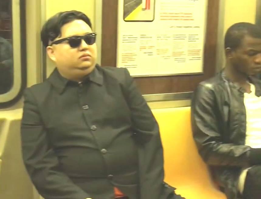 【北朝鮮】金正恩のコスプレでニューヨークの街を闊歩した結果www