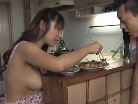裸エプロンのパイパン娘がおまんギョーザ&マンきゅうプレイ