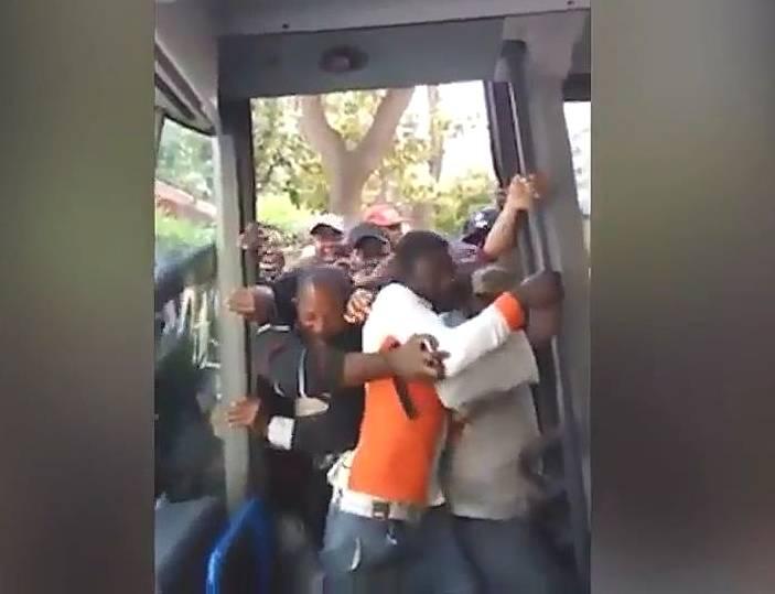 【無秩序】バスに乗るとゾンビ化してしまうイタリアの乗客たちがこちらwww