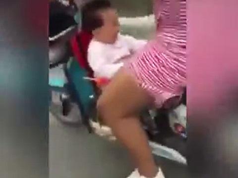 スクーターの足元にチャイルドシートをセットして幼児を乗せてしまった結果......