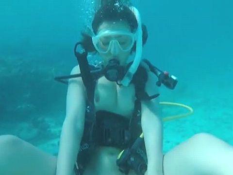南国の海でスキューバーダイビングしながらアクロバティックセックスする水野朝陽