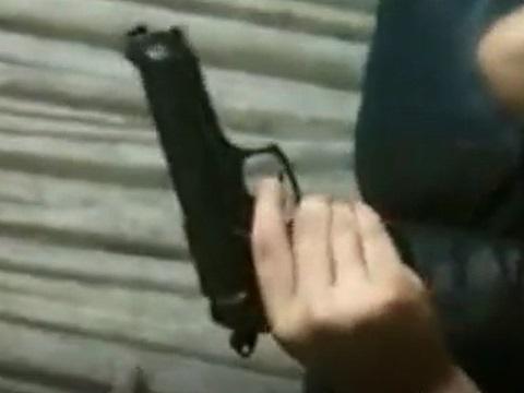 彼女のマ●コにバイブの代わりに拳銃を入れたった