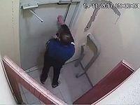 泥酔したロシア人が開かないドアと3時間も激闘している様子が監視カメラに捉えられるwww