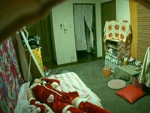 サンタのコスチュームを着て寝てしまった女の子