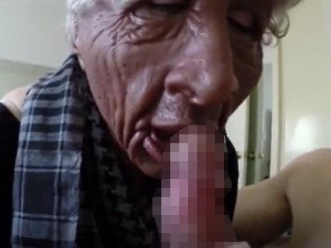 おばあちゃんマスクをかぶった女性にフェラしてもらった