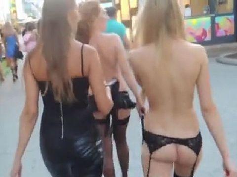 女3人組がほぼ全裸の格好で街を歩き回ってるんだけど...
